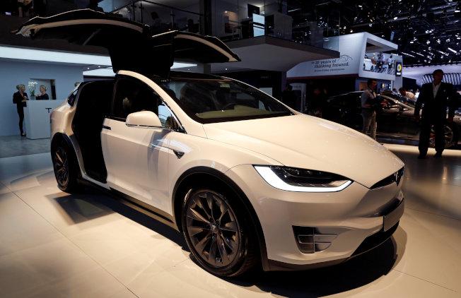 特斯拉在2015年发表Model X后,预定最快2020年下半年才开始生产Model Y,这是轻便版的SUV。图为Model X。(路透)