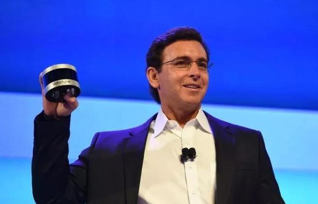 前福特 CEO Mark Fields 拿着 Velodyne 的 Puck 多线激光雷达